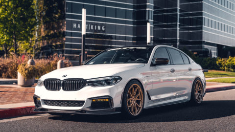 White BMW G30 535e - MOMO RF-5C Wheels in Gold